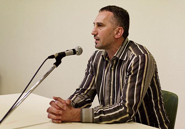 Goran Perkovac govori na tribini u Schaffhausenu.