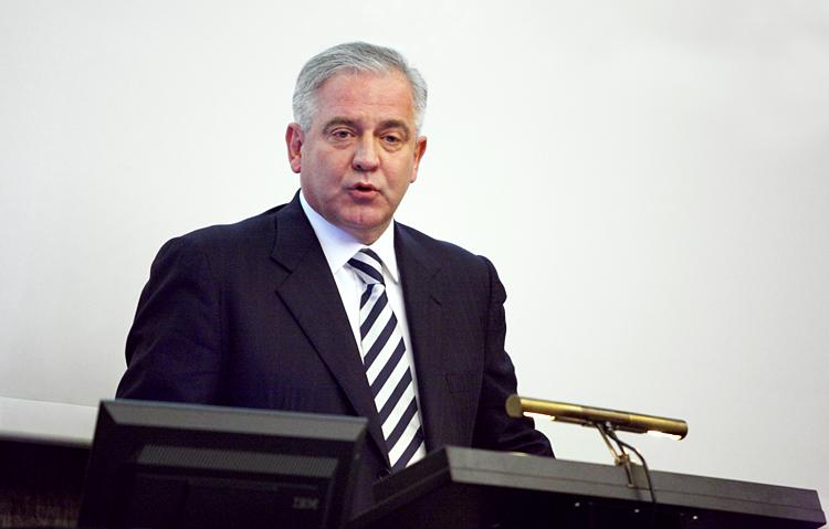 Dr. Ivo Sanader za govornicom aule sveučilišta u Zürichu.