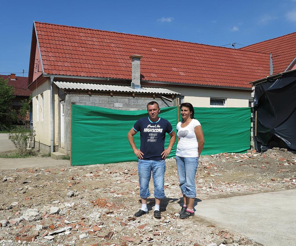 Ivanka i Tihomir Lukačević su srušili oštećenu kuću i žele podići novu na istom mjestu. Udruga HHUŠ će pomoći do izgradnje temelja.