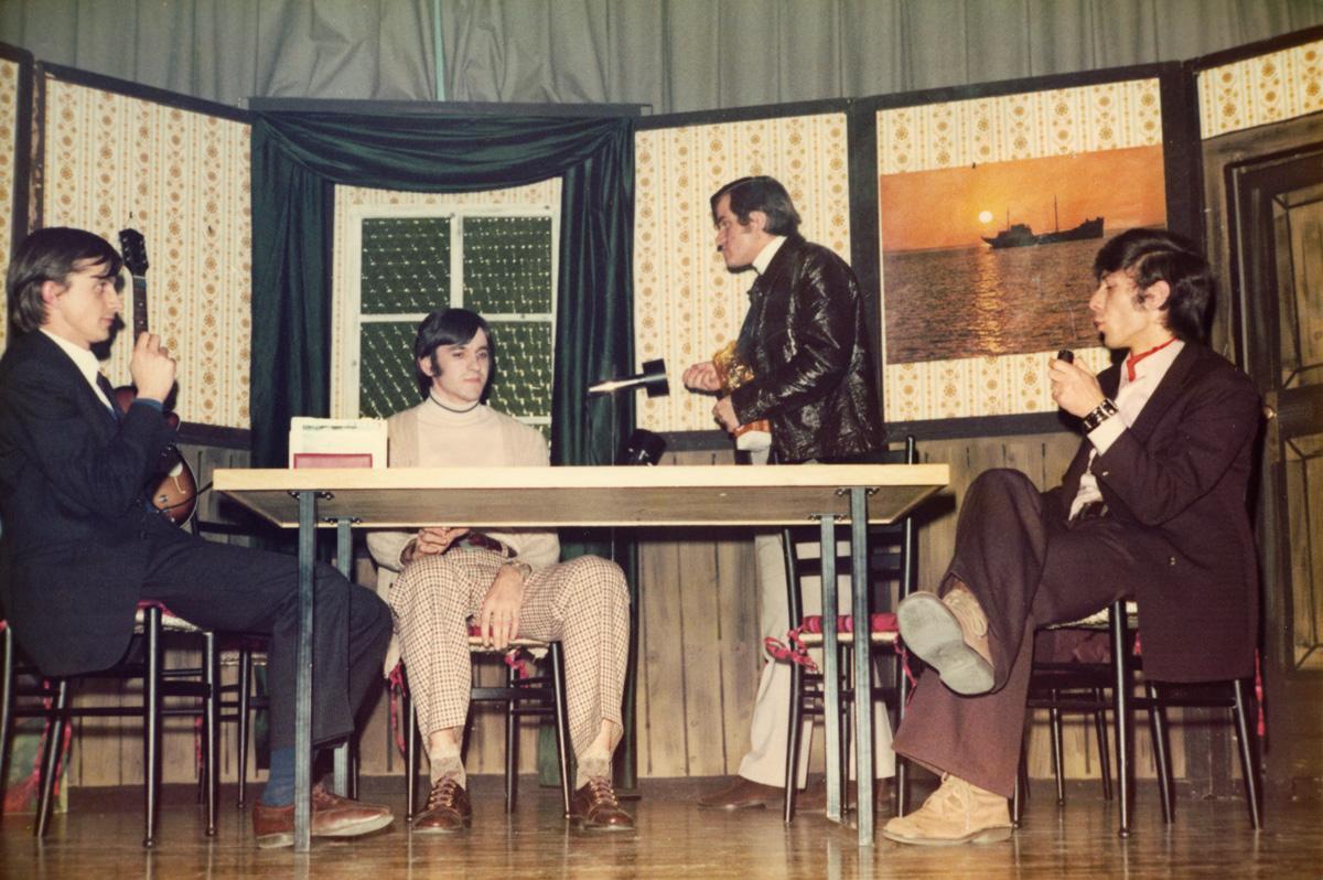 Fra Ilija Šaravanja (sasvim lijevo) u jednoj studentskoj predstavi.